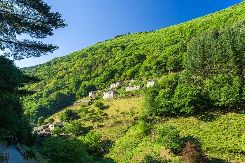 Pueblo de 128.000 m2 en Asturias, con cinco casas restauradas y que actualmente está siendo utilizado como alojamiento rural / Aldeas Abandonadas