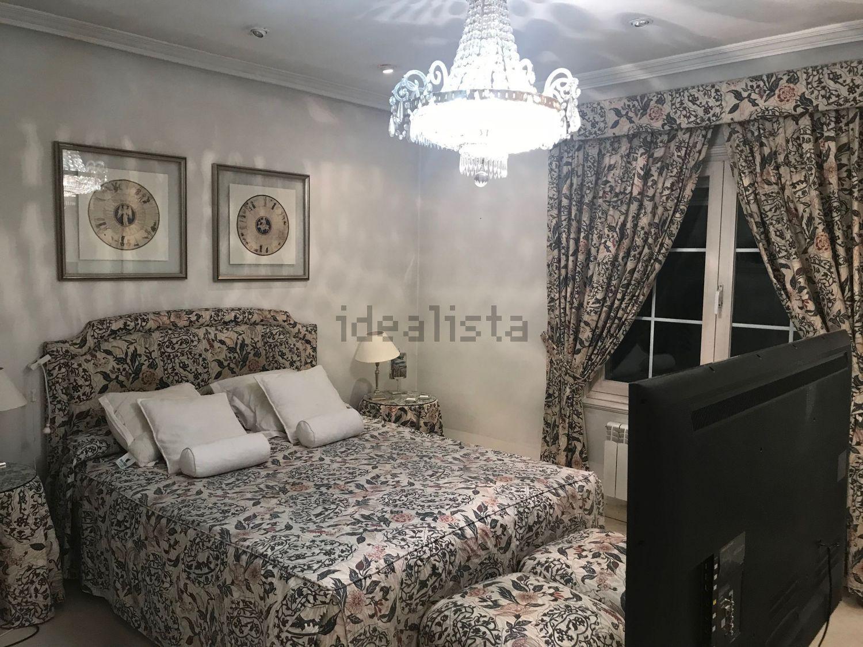 Cuenta con cinco habitaciones y dos baños