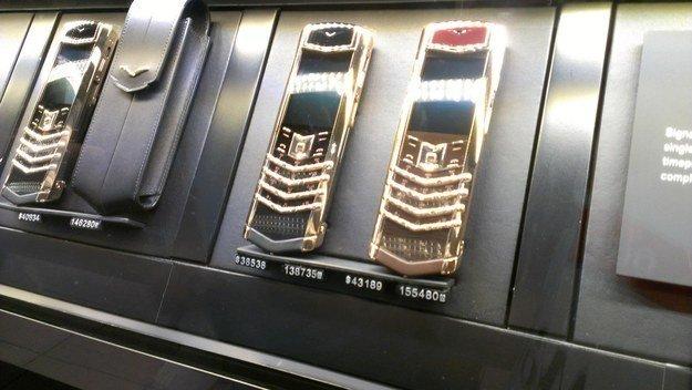 Teléfonos recubiertos de oro / Scoop Whoop