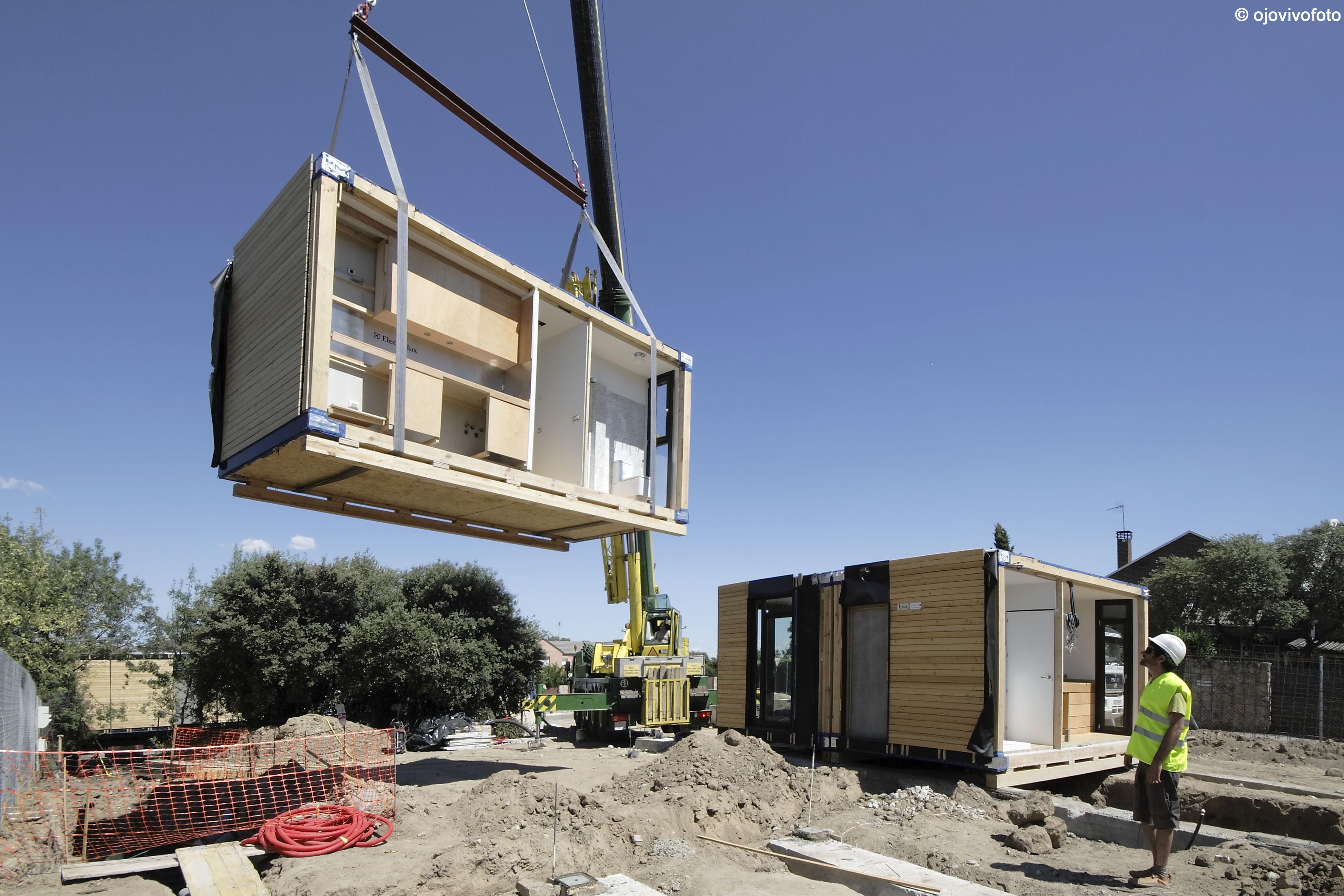 Una grúa 'planta' un módulo de una vivienda / Modulab
