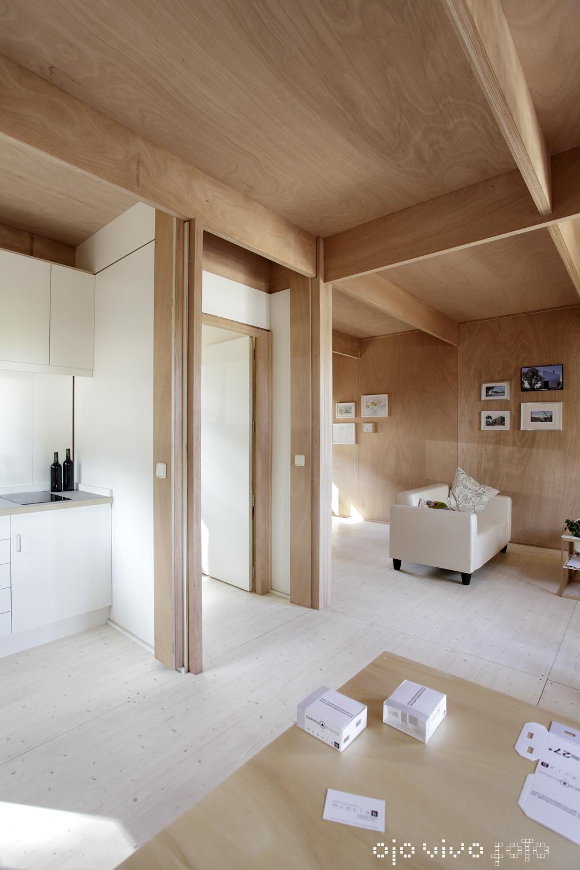 Interior de una casa de madera / OjOvivOfoto