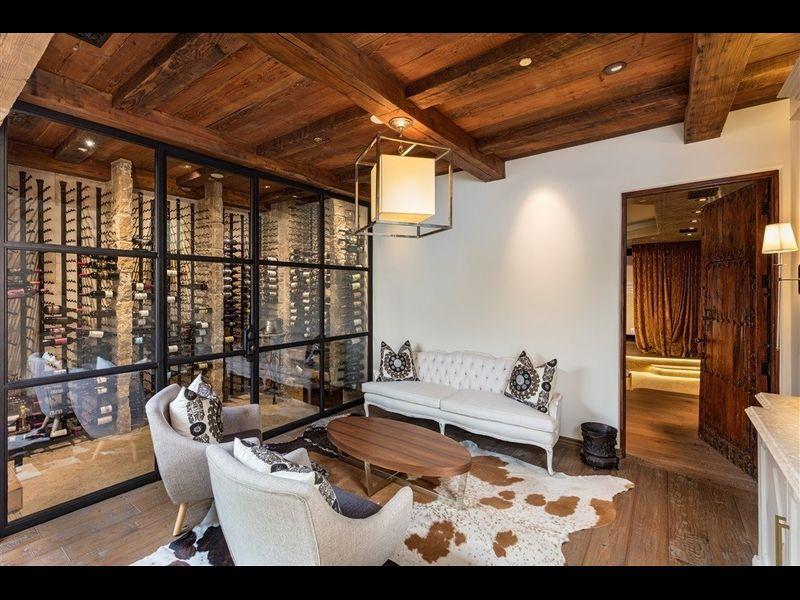 La vivienda posee gimnasio, un cine, cocina gourmet y bodega / Redfin