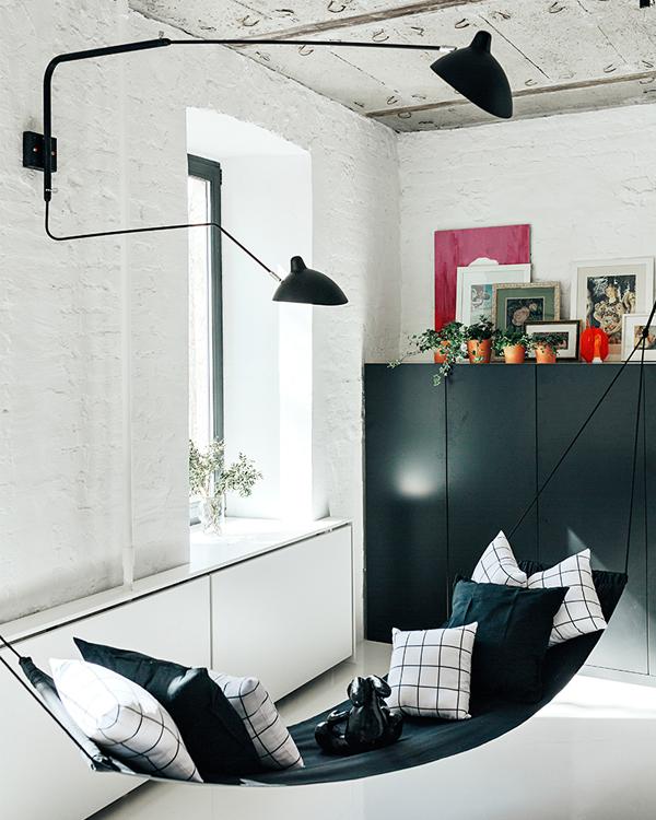 Un piso minimalista en un edificio con más de un siglo