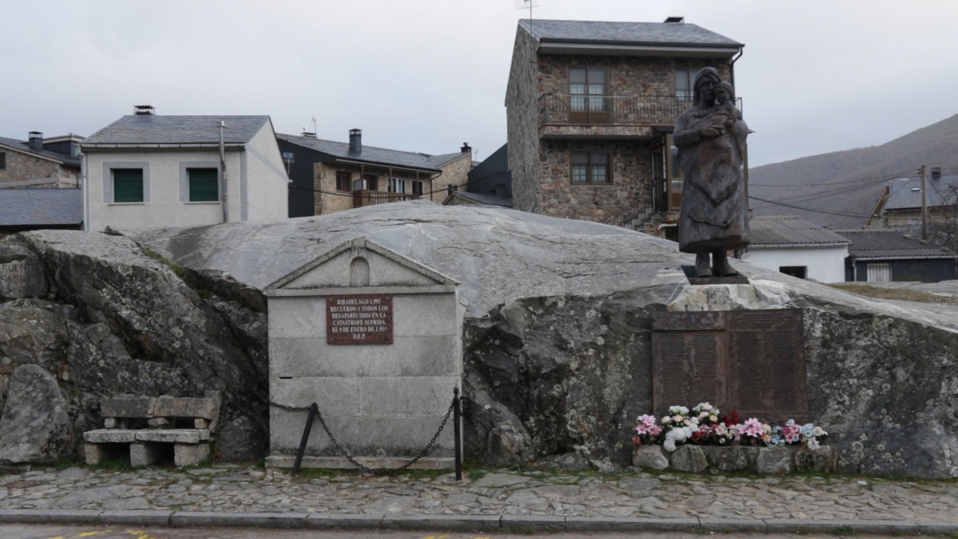 La estatua que conmemora a las 144 víctimas mortales de la catástrofe