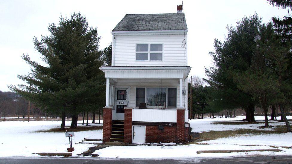 Una de las pocas casas que quedan en pie / Medios