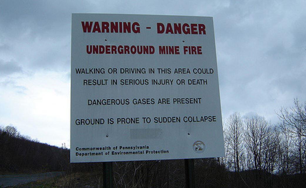 Un cartel que avisa sobre el incendio que se encuentra bajo el pueblo / Medios