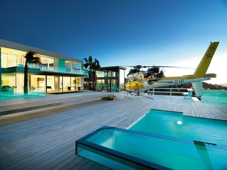 Un helicóptero posado en la terraza