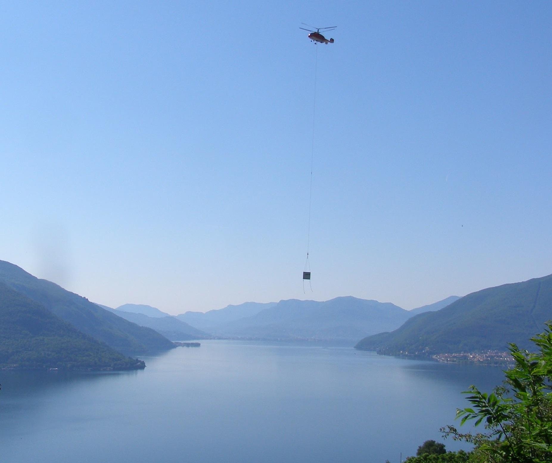 Cubos que se transportan por helicóptero