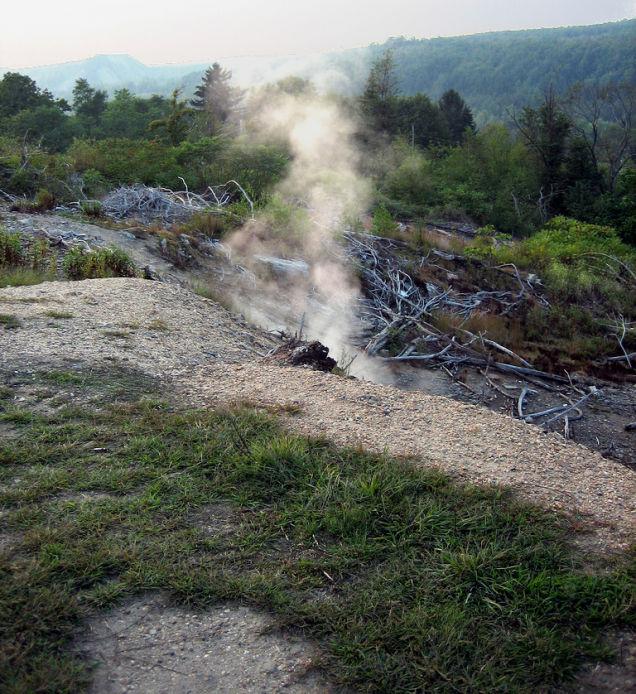 Chimenea que expulsa humo del incendio de las minas de cabrón / Medios
