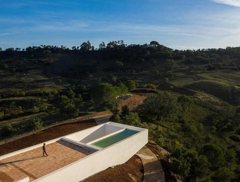 La piscina está suspendida en el tejado / Fernando Guerra | FG+SG