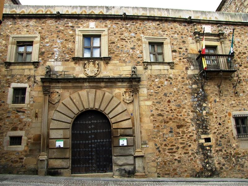 Fachada del Palacio Francisco de Godoy / Wikimedia commons