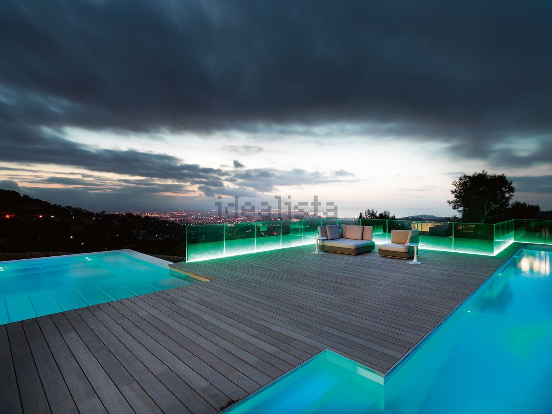La piscina exterior de noche