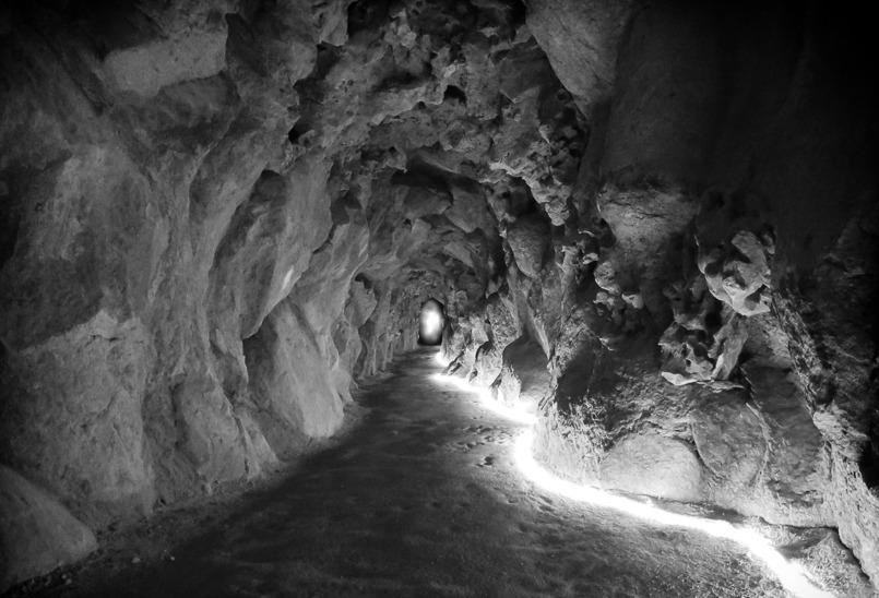 Por este túnel se accede al pozo iniciático / Col2