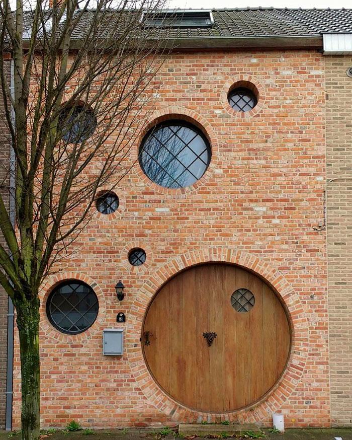 La casa de las puertas redondas / Ugly Belgian Houses
