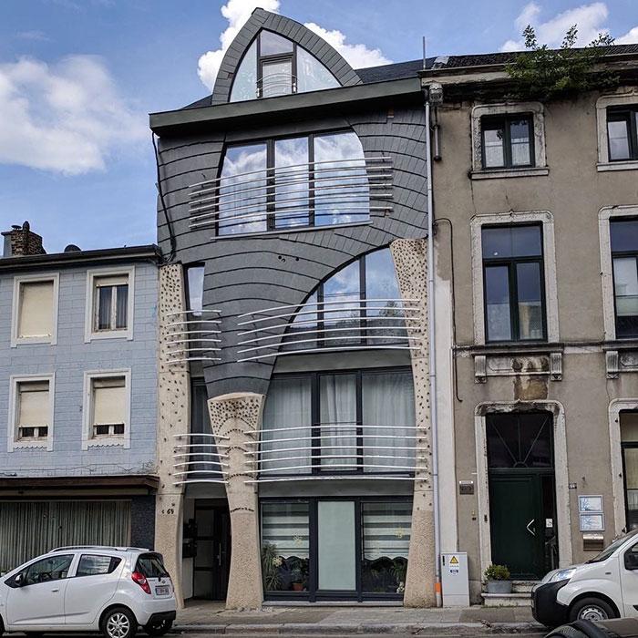 Parece que se va a caer / Ugly Belgian Houses