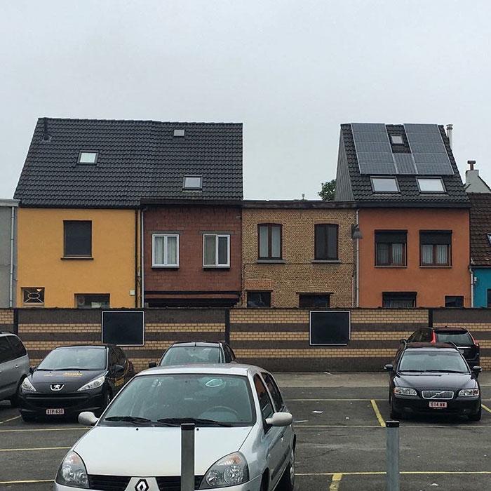 Aquí falta algo / Ugly Belgian Houses