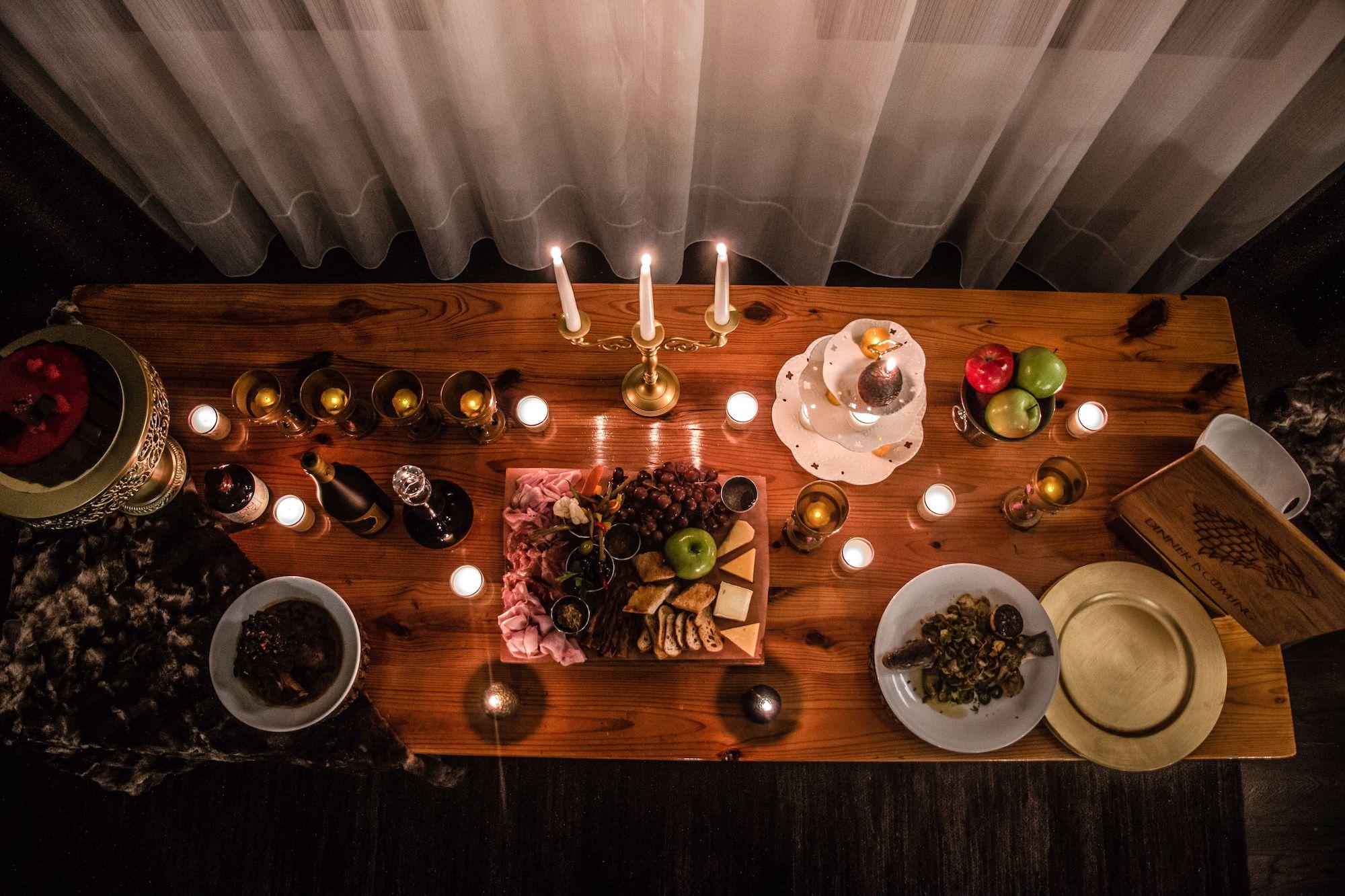 Una mesa con comida típica de la serie