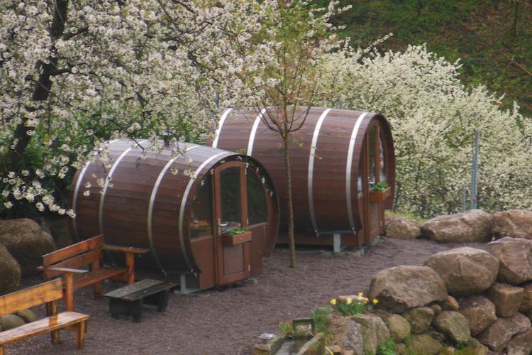 Una de las instalaciones con los almendros en flor / Schlafen im Weinfass