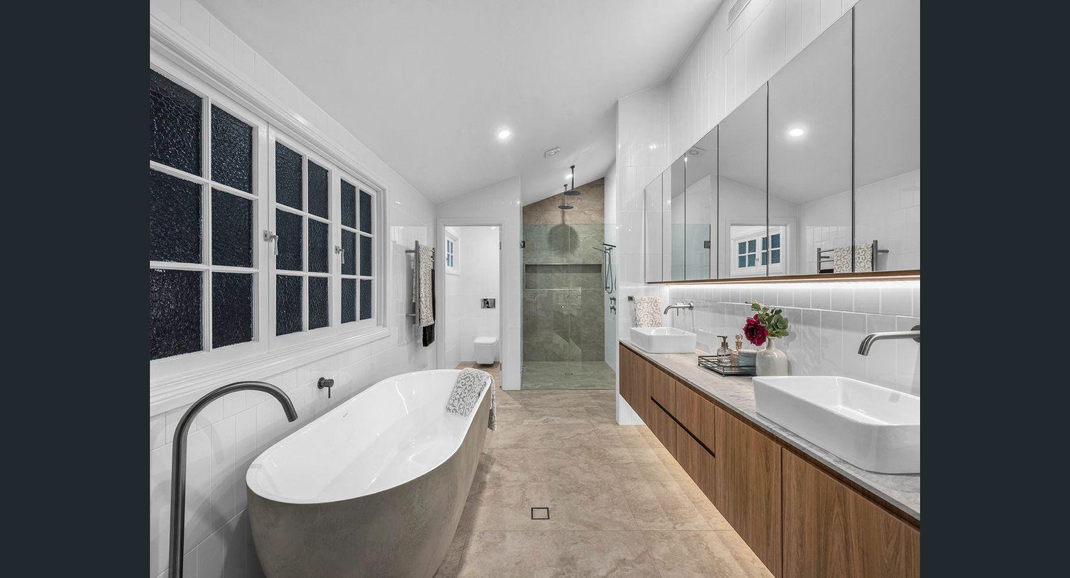 Detalle de este baño con bañera al aire