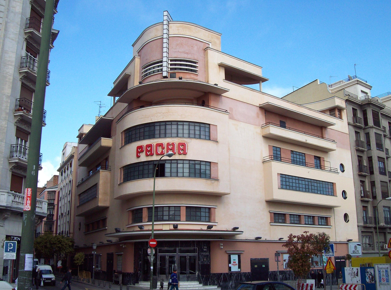 Fachada del edificio cuando aún estaba operando bajo la marca de Pachá / Wikimedia commons