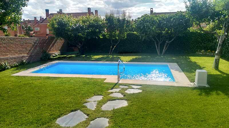 Es una piscina prefabricada