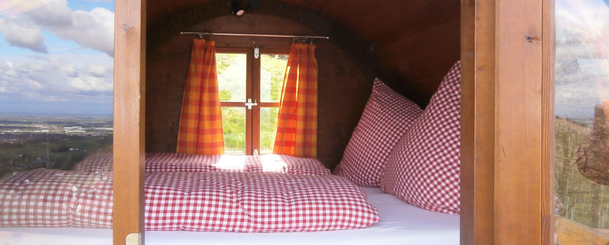 Uno de los toneles-dormitorio / Schlafen im Weinfass