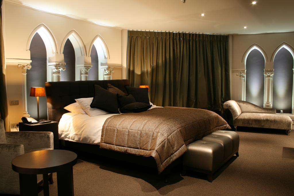 El hotel ha mantenido muchos de los elementos de la antigua iglesia neogótica / Martin's Patershof