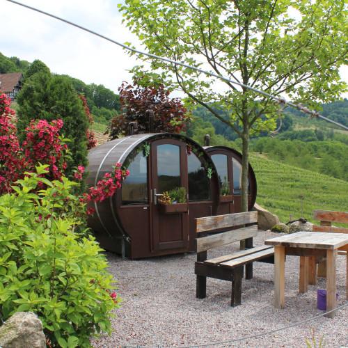 Con salón al aire libre / Schlafen im Weinfass