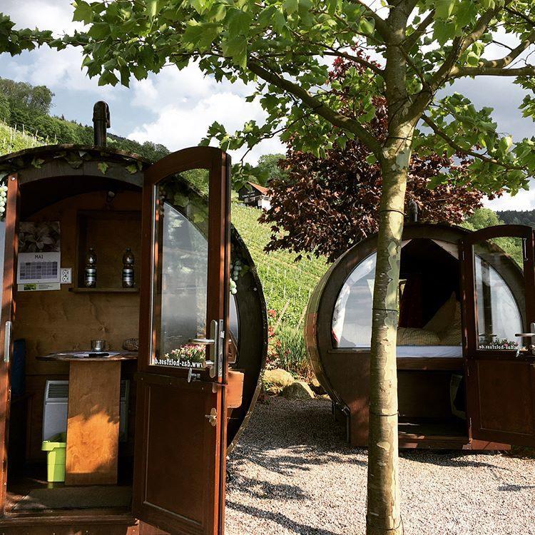 Dormitorio y baño / Schlafen im Weinfass