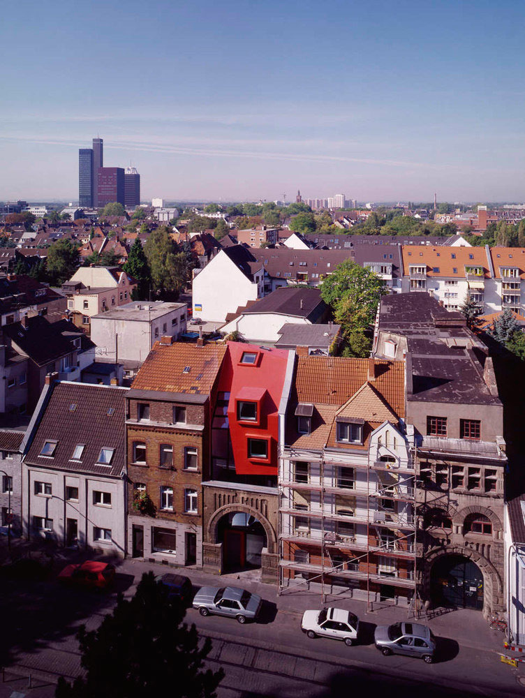 Su apariencia choca con el resto de edificios de la zona / Boris Becker