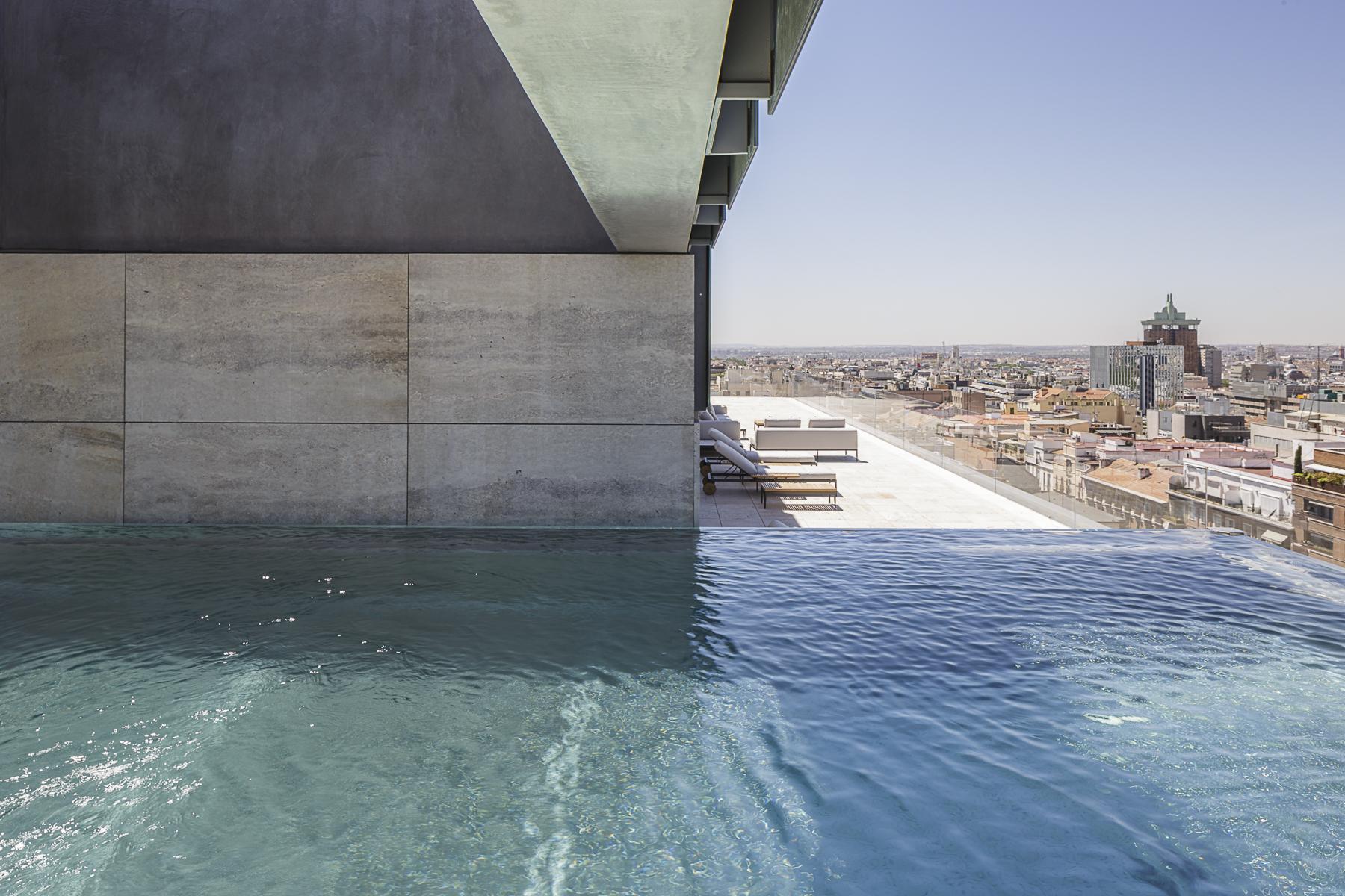 La cubierta tiene una piscina