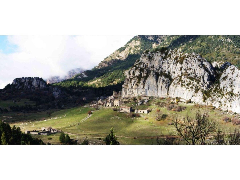Se encuentra a tan solo 130 kilómetros de Barcelona y a 50 de Francia y Andorra