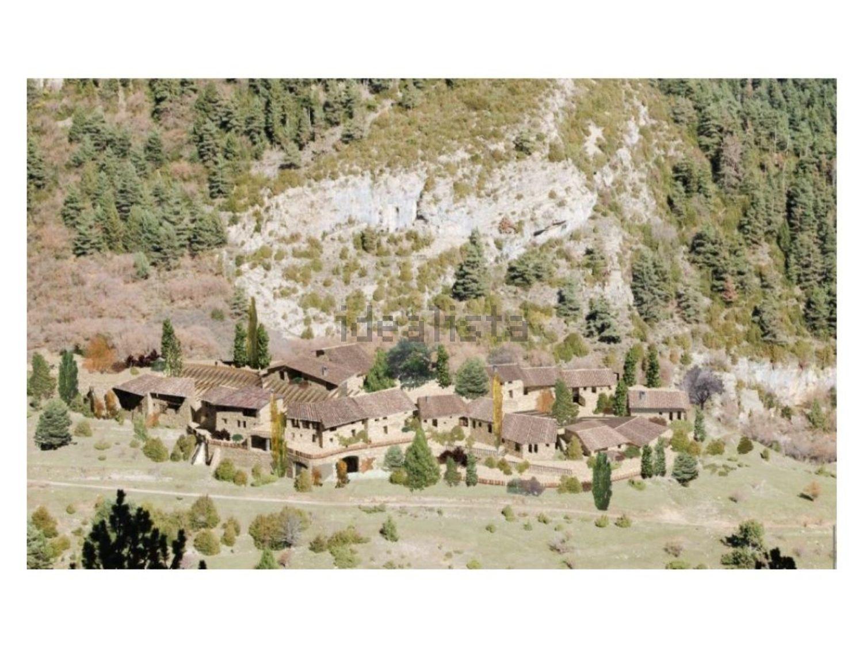 Se encuentra a 1.700 metros de altitud en la cordillera de los Prepirineos