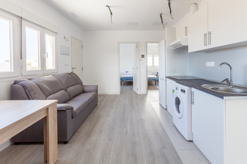 Interior de una casa hecha con contenedores a medio acabar / Custom Home
