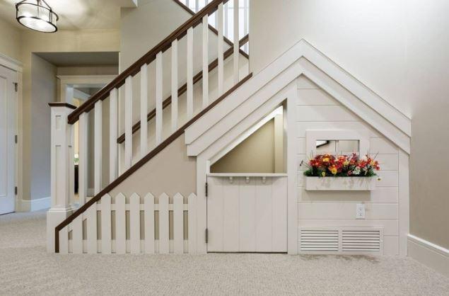Una pequeña casita infantil debajo de la escalera / Genial.guru