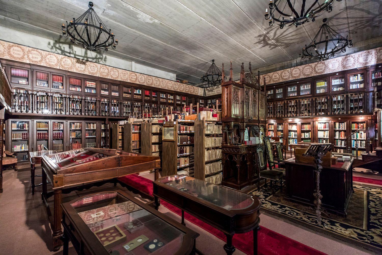 Cuenta con una biblioteca señorial