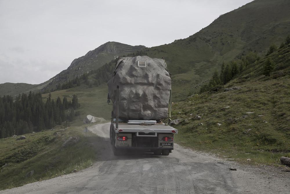 En el momento de su transporte a los Alpes Suizos / DYLAN PERRENOUD