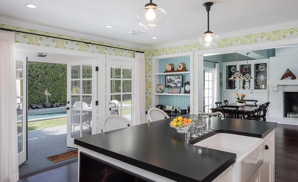 La cocina está equipada con electrodomésticos de lujo / Compass