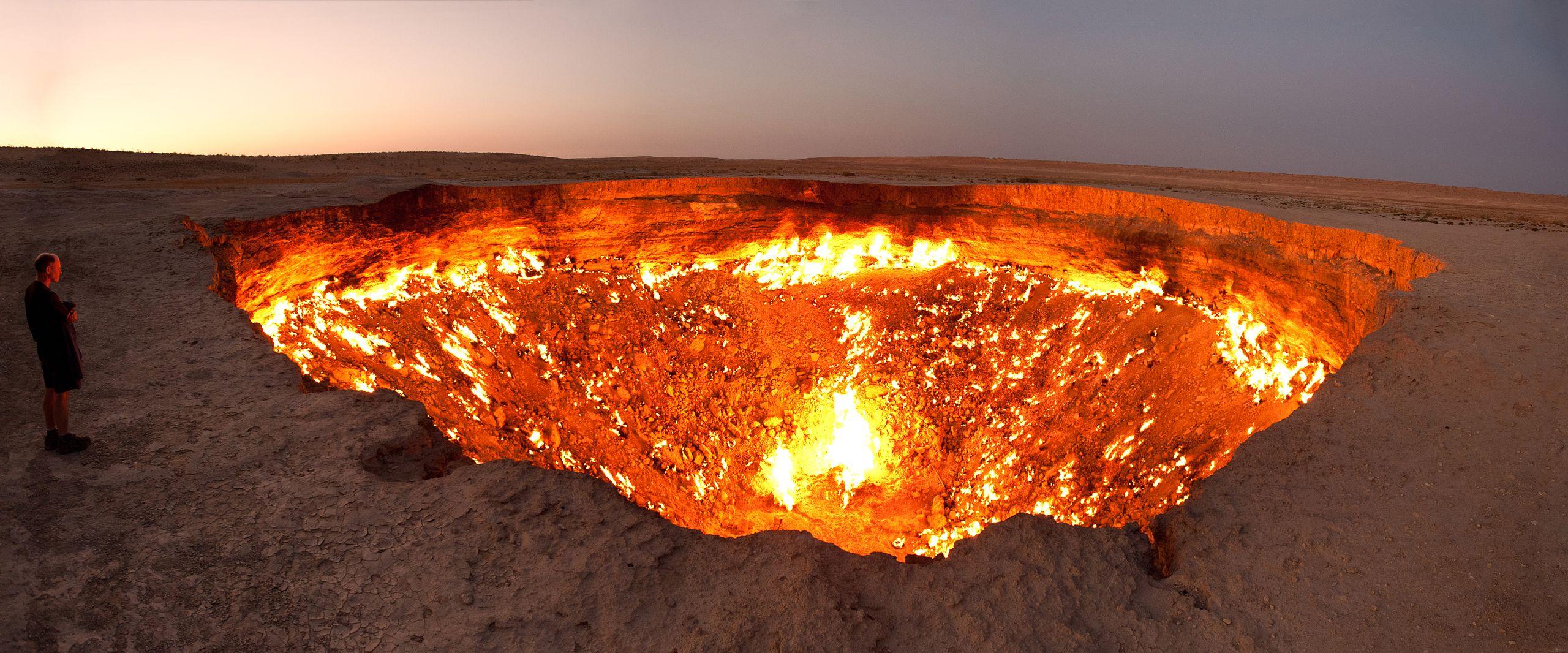 El intenso calor que emana del cráter solo permite aproximarse a sus bordes durante escasos minutos / Medios