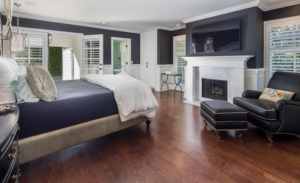 Uno de los cuatro dormitorios / Compass