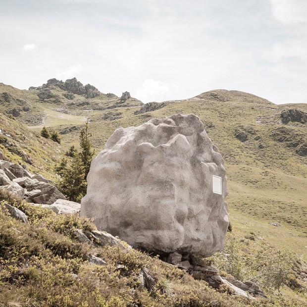 Esta piedra-casa se camufla entre las laderas de los Alpes imitandouna roca caída desde la cumbre de una montaña / DYLAN PERRENOUD