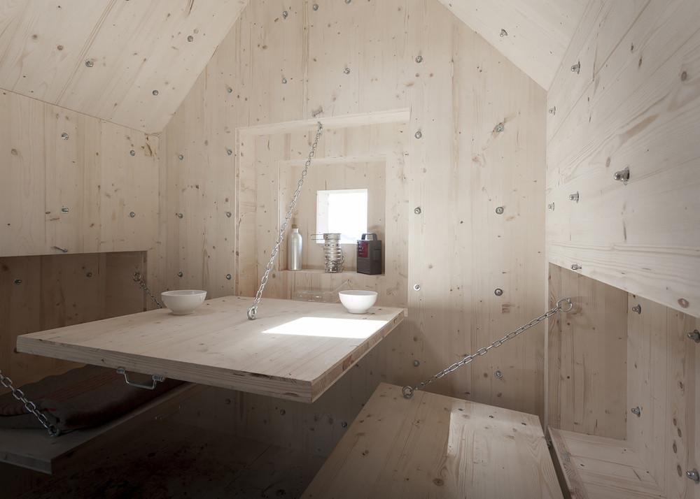 En su interior, se encuentran los elementos básicos para la supervivencia de la alta montaña: una chimenea, una cama, etc. / DYLAN PERRENOUD