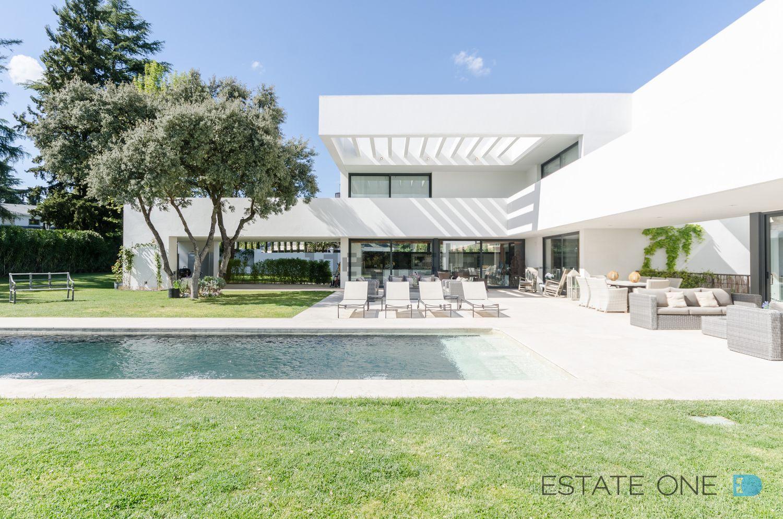 La mansión se ubica en una de las zonas más exclusivas de la capital, en la urbanización de La Florida, Aravaca
