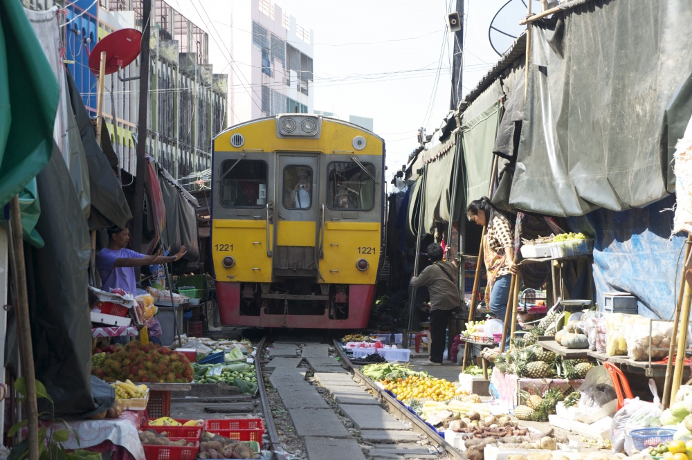 Mercado sobre la vía del tren Mae Klong, Tailandia