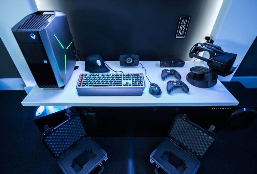 La habitación cuenta con un portátil de última generación, Xbox y dos ordenadores de sobremesa  / Alienware