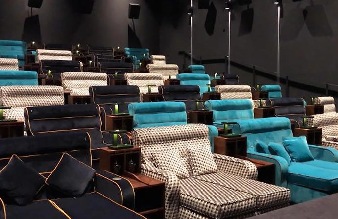 Además, el cine cuenta con sofás dobles y mesillas de noche / Pathé Schweiz