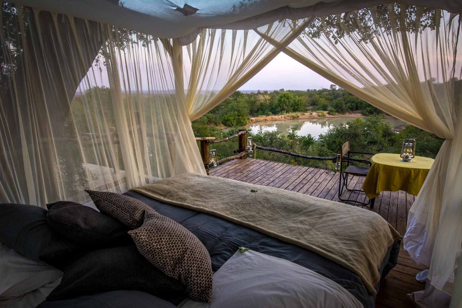 Cada cabaña cuenta con su propia fuente de luz solar / Garonga Safari Camp