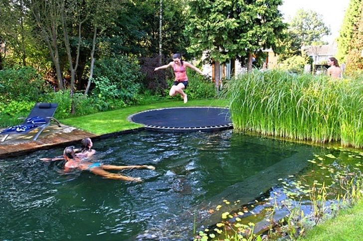 Un trampolín en el borde de la piscina / Genial.guru