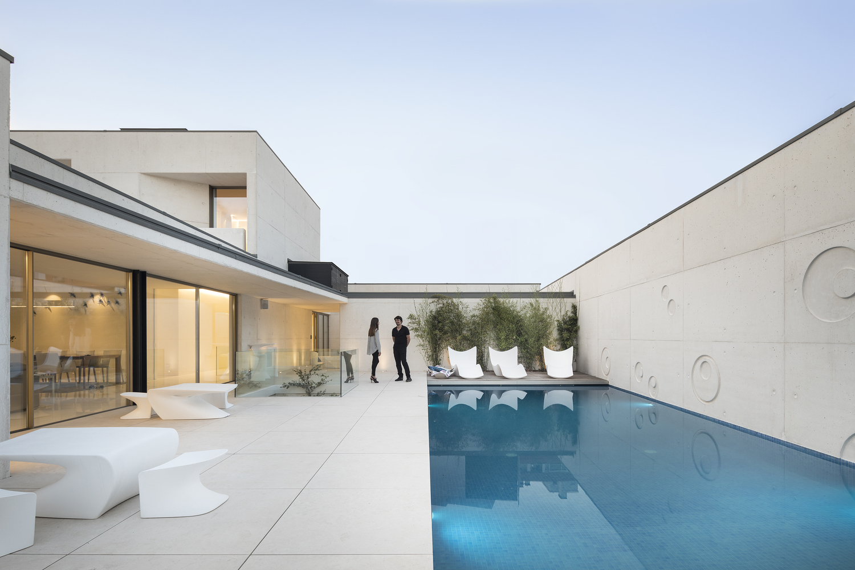 La piscina infinita es simplemente espectacular / Ivo Tavares Studio
