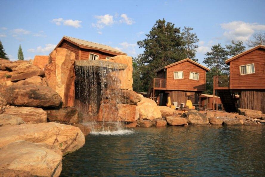 Cuenta con un lago natural / Bantam Built Homes